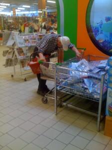 Laikraščių skaitymas parduotuvėje - taip pat būdas taupyti